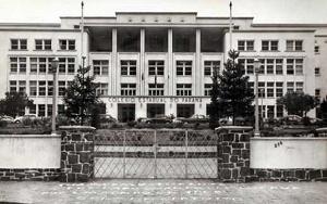 foto da Fachada do Colégio Estadual do Paraná, em Curitiba, em meados da década de 1960.